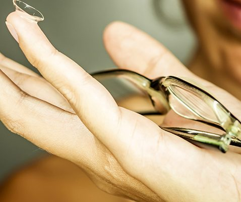 Lunettes et lentilles de contact, complémentaires et main dans la main
