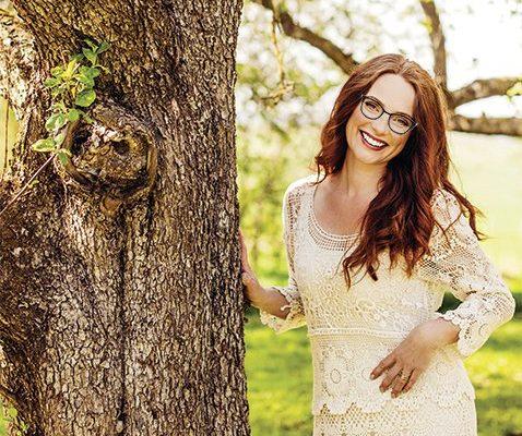 Jeune femme dans la nature portant des lunettes hypoallergéniques