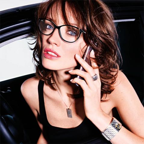 lunettes Mauboussin portées par une jeune femme au téléphone